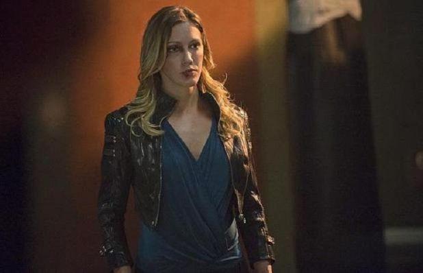 Arrow 3x03: La rabia de perder a su hermana hace que Laurel busque justicia por su cuenta, llevándola a una pelea en la que sale herida.