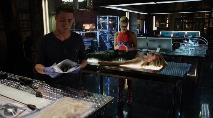 Arrow 3x02: La muerte de Sara afecta a todos a su manera, siendo Felicity la más sensible y Oliver el que intenta mantenerse fuerte.