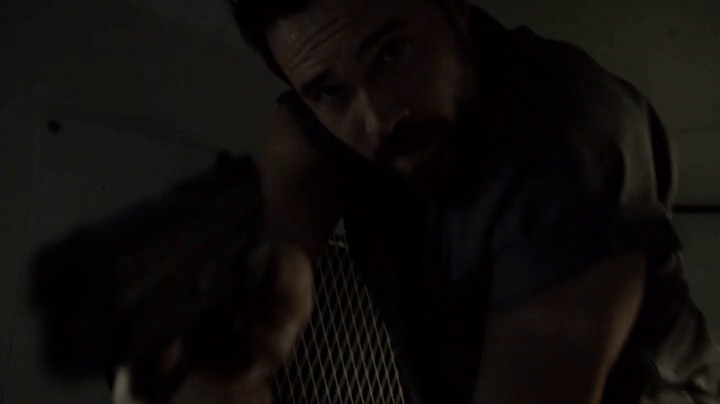 Agents of SHIELD 2x06: Ward consigue liberarse y toma el avión en el que iba cuando Coulson lo entrega a su hermano.