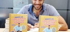 Entrevista a Roberto Leal - Posando con su libro