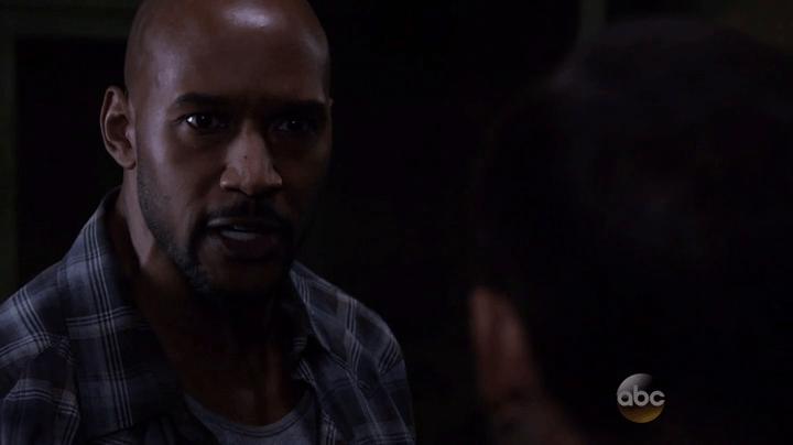 Agents of SHIELD 2x11: Mack es uno de los más afectados por la muerte de Trip y además mantiene algo entre manos con Bobbi a espaldas de los demás..