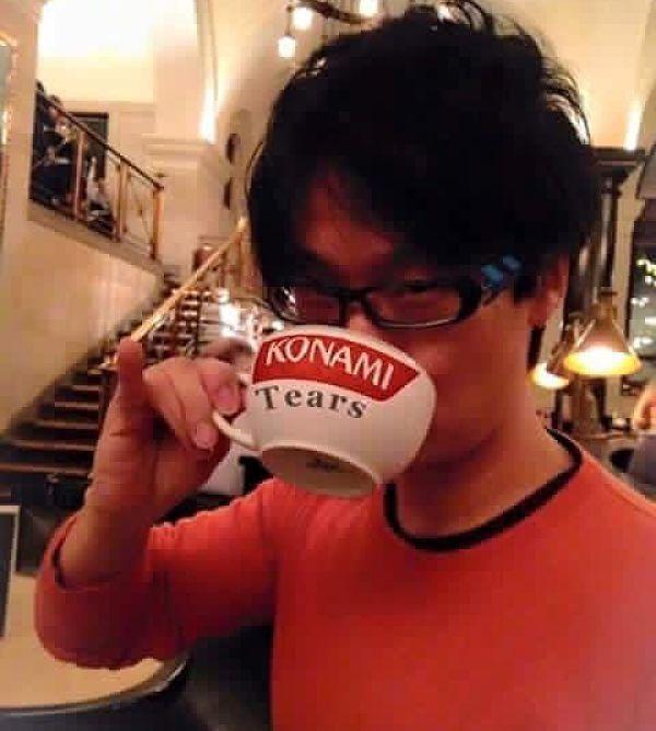 Kojima disfrutando de un merecido trago