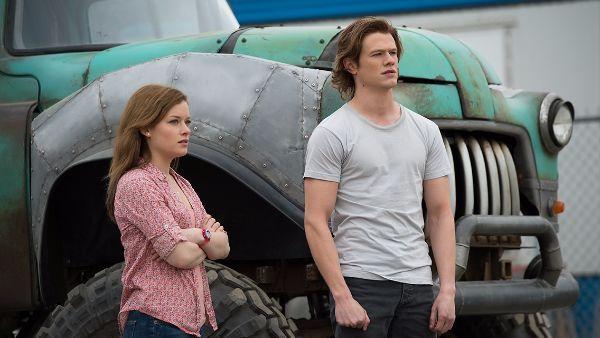Lucas Till y Jane Levy 'Monster Trucks'