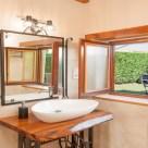 Casa Rural Cantabria El Rincón de Carmina, baño con vistas al jardín