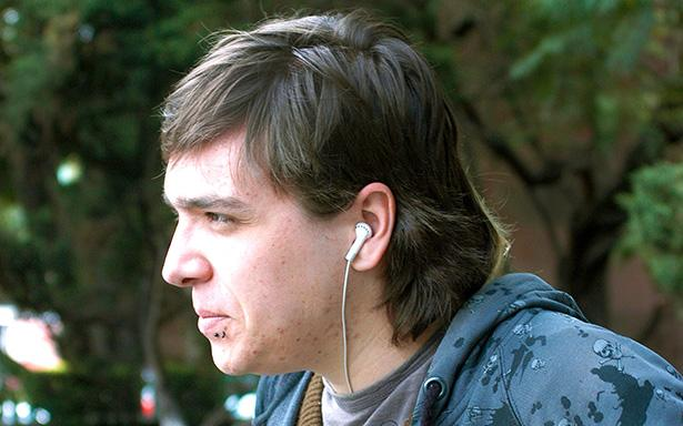 Joven con audífonos
