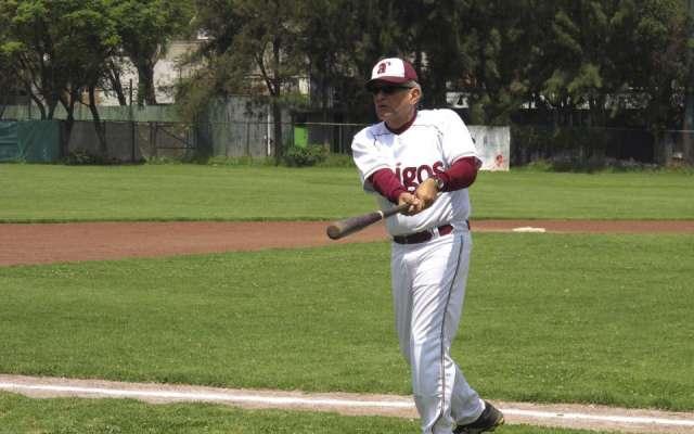 Andrés Manuel López Obrador jugando beisbol. Foto: Cuartoscuro