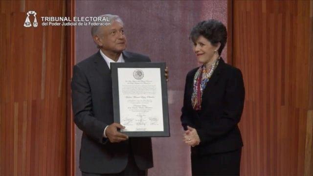 López Obrador recibe constancia como Presidente Electo
