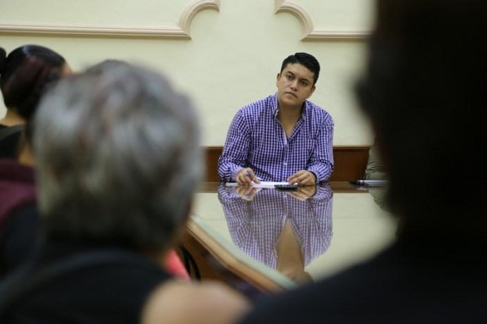 Tecutli Gómez habla con familiares de desaparecidos en el Palacio Municipal de Lagos de Moreno