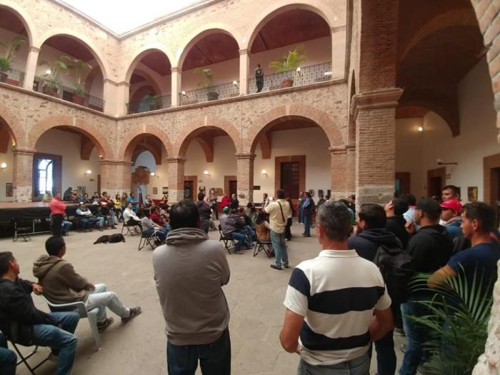 Hugo René Ruiz Esparza Hermosillo en la Casa de la Cultura de Lagos de Moreno con trabajadores municipales