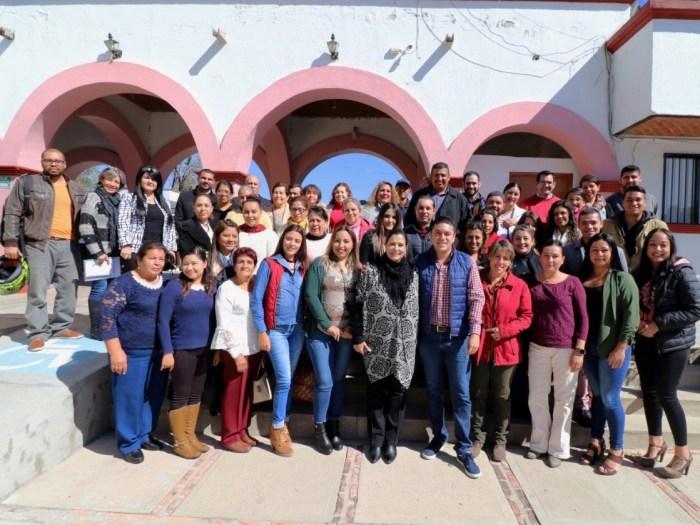 Tecutli Gómez con trabajadores del DIF Lagos de Moreno