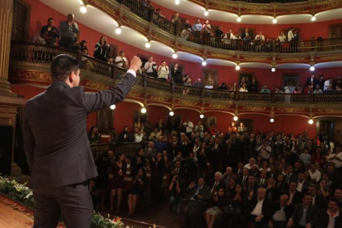 Tecutli Gómez en el Teatro Rosas Moreno durante su toma de protesta como Presidente Municipal