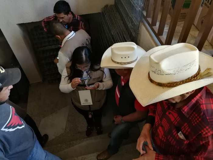Servidores de la Nación empadronando a ganaderos en San Juan de los Lagos. Foto: Sergio Hernández Márquez