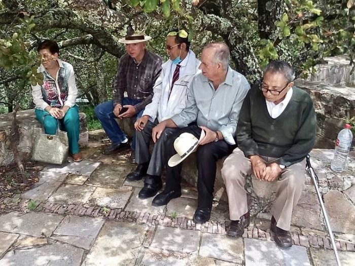 Roberto Moreno (de suéter verde) con Carlos Gómez Mata y otros laguenses en Comanja