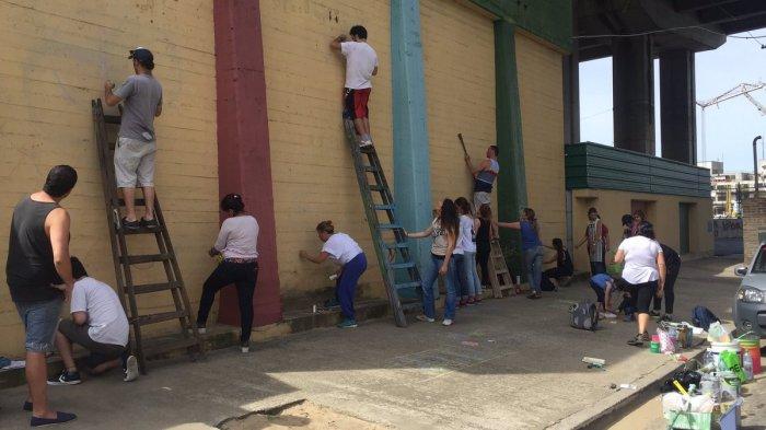 Jóvenes pintando un mural en Lagos de Moreno