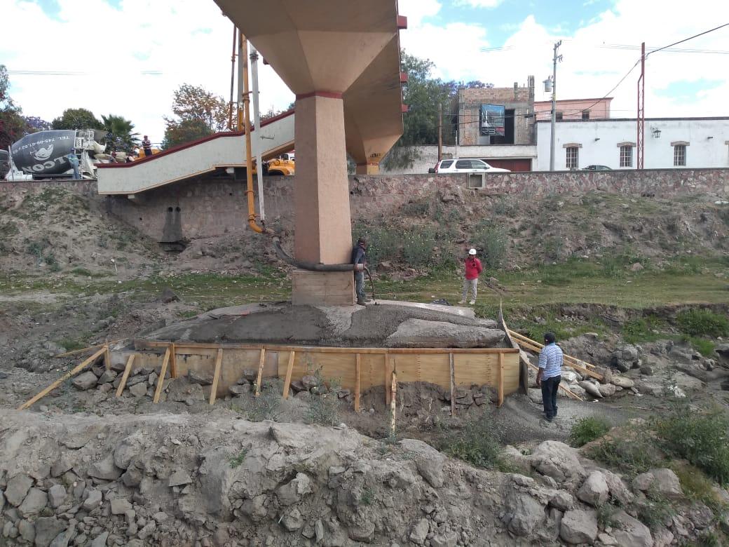 Dan mantenimiento al puente peatonal de la calzada