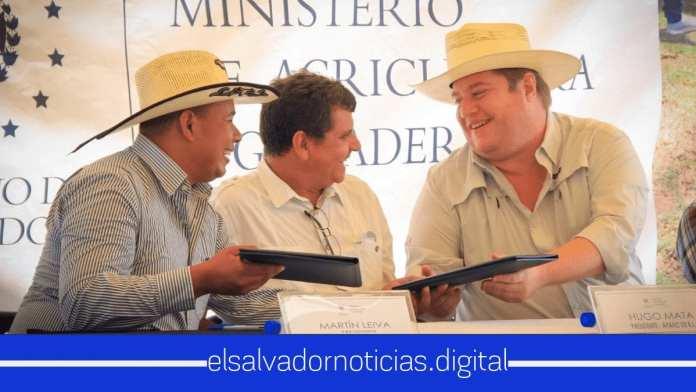 Pablo Anliker firma importante acuerdo con Lecheros de Chalatenango