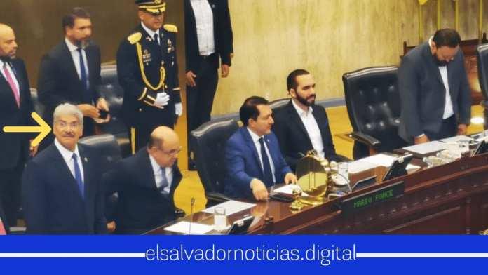 Norman Quijano con cara de susto al ver al Presidente Nayib Bukele en toma de posesión de Mario Ponce