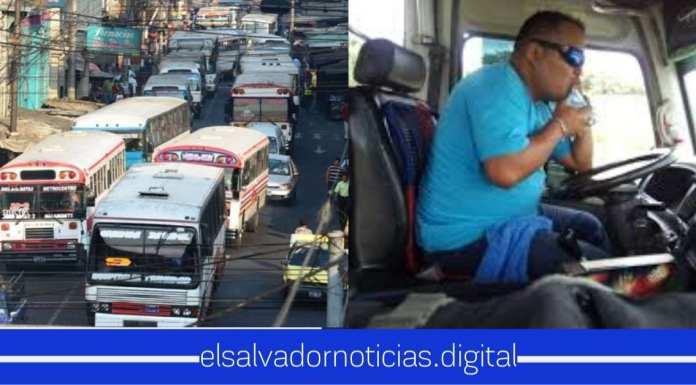 VIDEO: Motorista es captado chateando y manejando unidad de transporte poniendo en peligro la vida de muchos salvadoreños