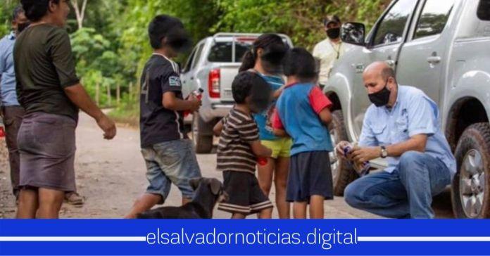 Javier Simán regala galletas a niños de escasos recursos, insinuando que puede quedar en la ruina por ese gasto
