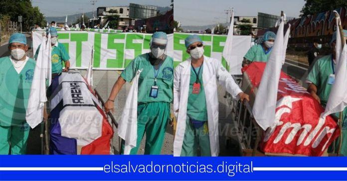 #ÚltimaHora | Médicos se dirigen a la Asamblea con banderas de ARENA y FMLN sobre ataúdes y EXIGEN aprobar cuarentena de 15 días bajo un Régimen de Excepción