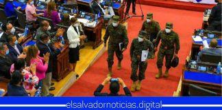 Después de 12 horas, el Ministro Monroy salió con la frente en alto representando a los salvadoreños a pesar de los ataques fallidos de los diputados
