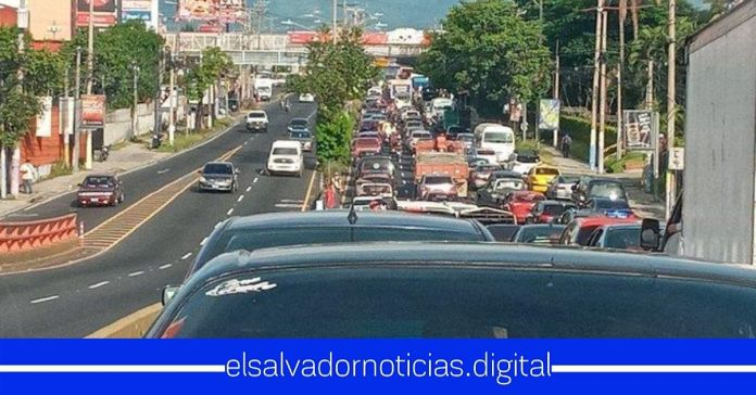 Se reporta tráfico complicado en bulevar del Ejército, tras dar inicio a la reapertura económica