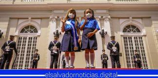 Oración a la Bandera Salvadoreña a cargo estudiantes de parvularia con voz y lengua de señas