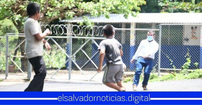 Salvadoreños admiran la humildad del Ministro Romeo Rodríguez, al compartir momentos con los niños de nuestro país