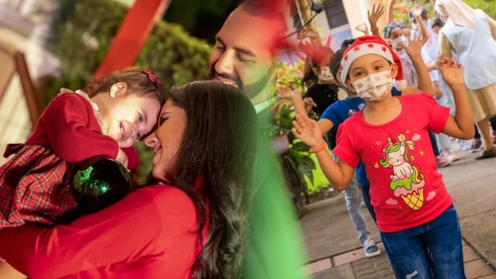 La Primera Dama envía regalos a los niños de orfanatos y hospitales, con la ayuda de Santa Claus y sus duendes