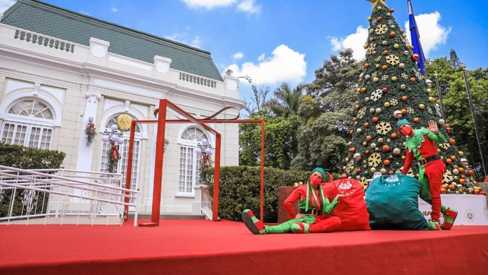 Santa y sus duendes visitaron Casa Presidencial para llevar una gran sorpresa a los niños de hospitales y orfanatos