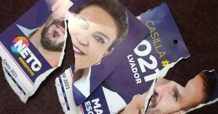 Salvadoreños rompen en pedazos publicidad de candidatos de ARENA demostrando repudio y odio por hacia ellos