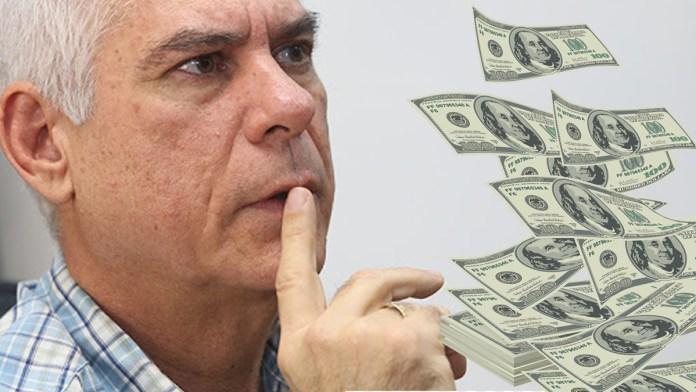 Parker se enoja por que ya no recibirá $30,000 mensuales en su último intento de campaña en una comunidad de San Salvador