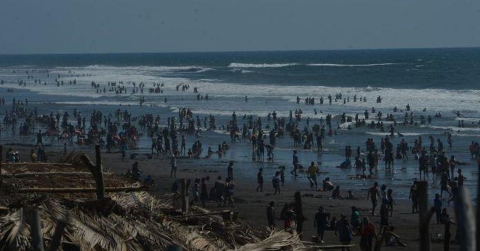 De esta lamentable manera, miles de salvadoreños dieron la bienvenida al 2021 en la playa El Majahual