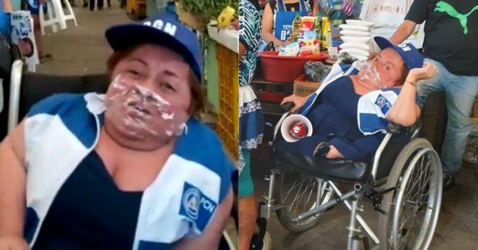 Eeileen Romero usa plástico para forrar cuaderno como mascarilla para pedir el voto a los salvadoreños