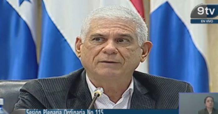 Rodolfo Parker se esconde de los medios y niega brindar declaraciones sobre la renuncia de candidatos de su partido