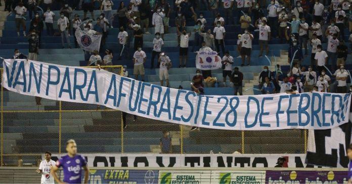 Salvadoreños colocan pancarta en Estadio Cuscatlán con dedicatoria a ARENA y el FMLN