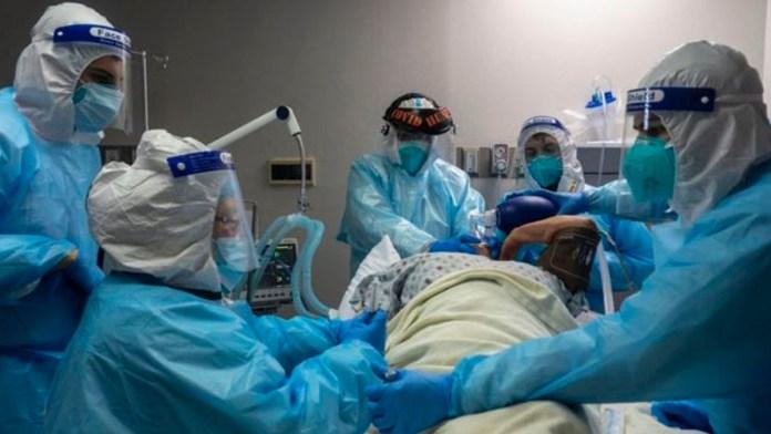 Fuentes cercanas a este periódico afirman que en el Hospital El Salvador ya solo quedan 30 respiradores disponibles para pacientes críticos