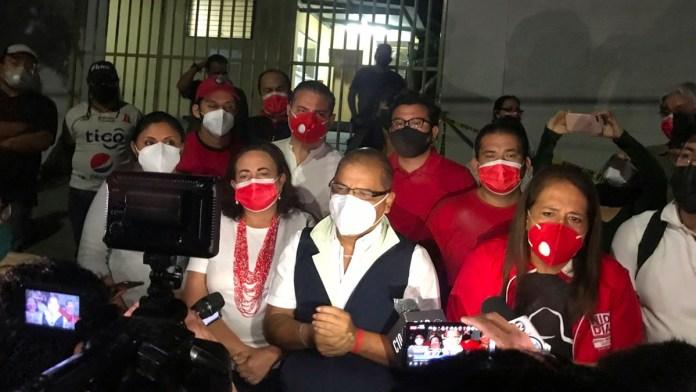Oscar Ortíz politiza la muertes de los militantes del FMLN a pesar que la FGR dijo que el ataque fue aleatorio perpetrado por aficionados