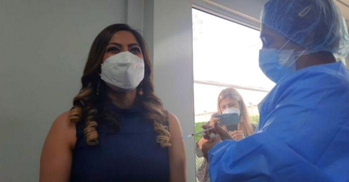 Directora del ISSS, Mónica Ayala recibe primera dosis de la vacuna contra el COVID-19