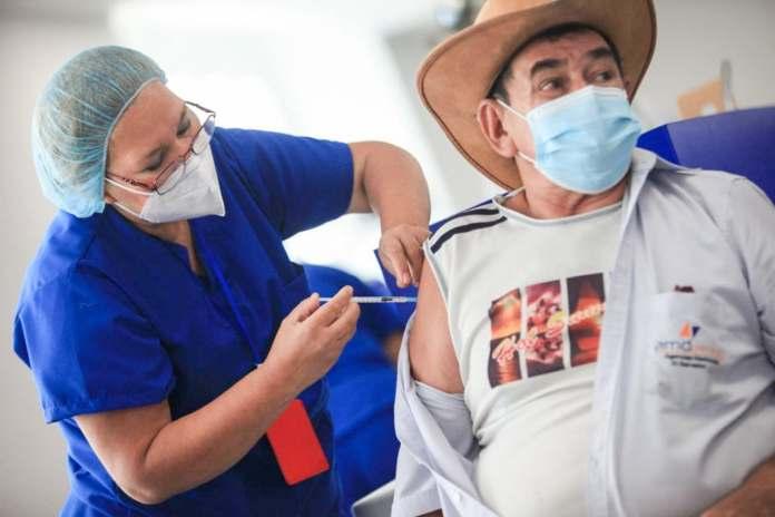 Gobierno confirma que el 7.4% de la población salvadoreña meta ha sido vacunada contra la COVID-19