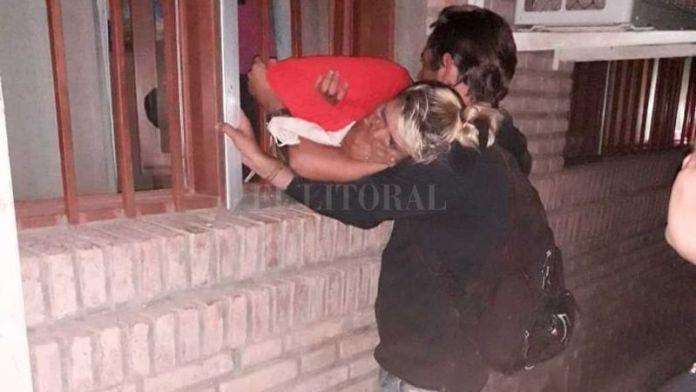 Joven embarazada entró a robar y quedó atrapada en la reja de una ventana
