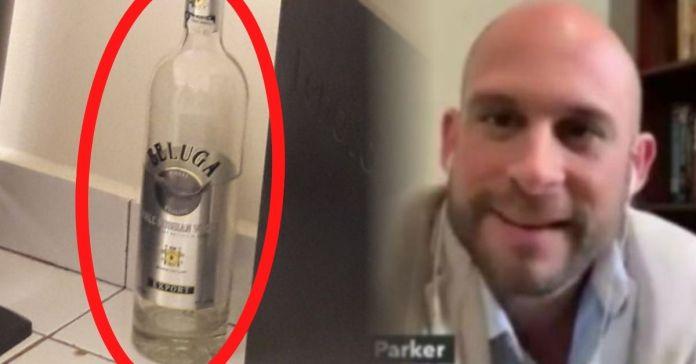 Encuentran botellas de aguardiente en la oficina del diputado saliente Velásquez Parker