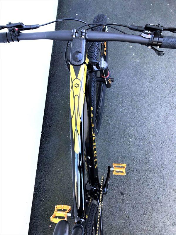"""eagle gold styre irl 1 scaled  Marknadens kanske coolaste MTB i svart färg med gulddetaljer. Limited edition dvs det finns endast 10 st i Sverige.<strong>FINNS EN KVAR I LAGER FÖR AVHÄMTNING I JÖNKÖPING. SKICKAS EJ.</strong>-Toppspecad cykel.-Shimano 11 vxl XT M8000-Hydrauliska bromsar Shimano MT200, 160mm- Kolfiberram- Vikt: 10,3 kg-Luftdämpare fram, EAGLE air. Lock-out funktion på styret.-29″ hjul- Ram 17"""". Passar 170-183 cm längd.- Kassett: SUGEK hg5011 11/50t- Tramphjul: Prowheel MPX-11-TT 34T- Däck Maxxis pace 29*2,1""""  Eagle gold Carbon (ej elcykel )"""