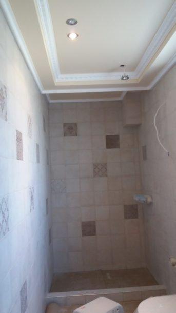 τοποθέτηση πλακιδίων στους τοίχους