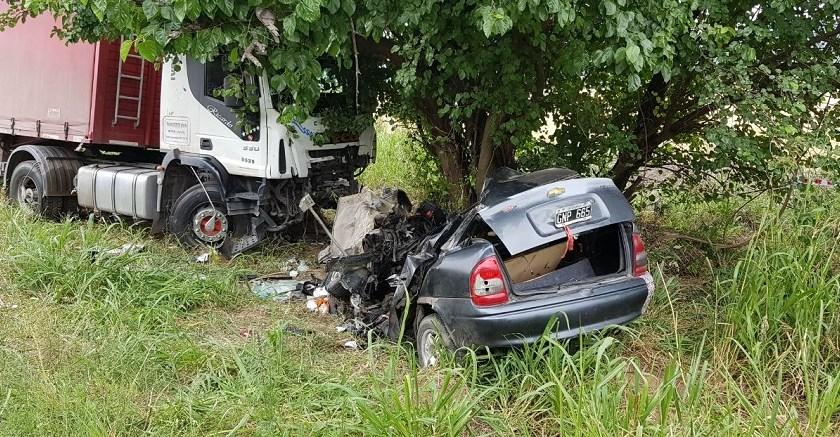 Rutas Tragicas: Choque entre un camión y un auto terminó con una víctima fatal