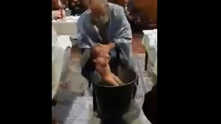 Bronca con un sacerdote por un violento bautismo