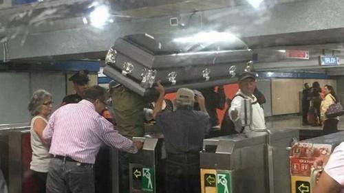 Viajaron con el ataúd en subte: no podían pagar el coche fúnebre