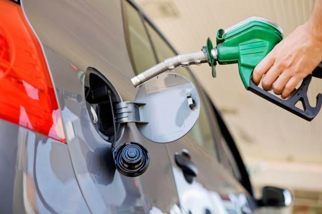 La nafta aumentaría por la suba del dólar