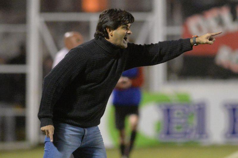 """El DT de San Martín, Rubén Darío Forestello, llegó a un acuerdo con la dirigencia del club y seguirá al frente del primer equipo """"Santo""""."""