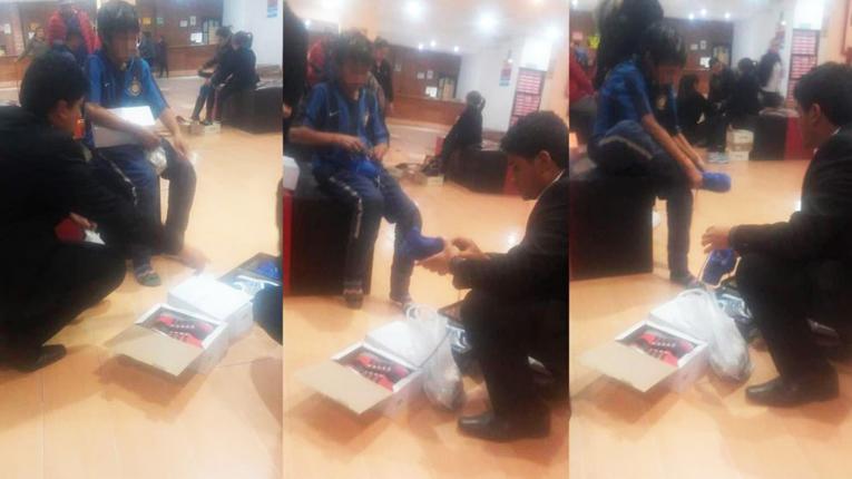 Un niño pedía monedas descalzo en la Peatonal y un joven lo llevó a comprar zapatillas